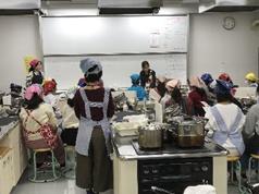 愛知県名古屋市の椙山女学園大学で徳島県阿波ふうど料理教室の実習風景の様子の写真です。