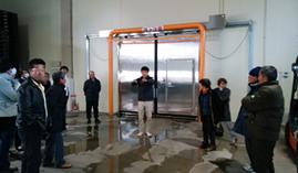 岡山県の株式会社IlOVEファーム笠岡で視察を行った際に話を聞く生産者の方たちの様子を記載した画像です。
