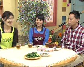 岩手県のテレビ番組、5きげんクッキングの番組内で行長先生とスタッフが話をしている様子の写真です。