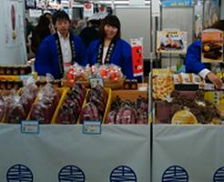 JR新宿駅イベント「地域のちからコレクション」のイベントで販売PRをする参加者を記載した写真です。