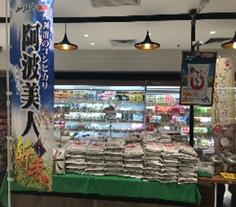 シンガポールのお店で陳列しているお米の写真